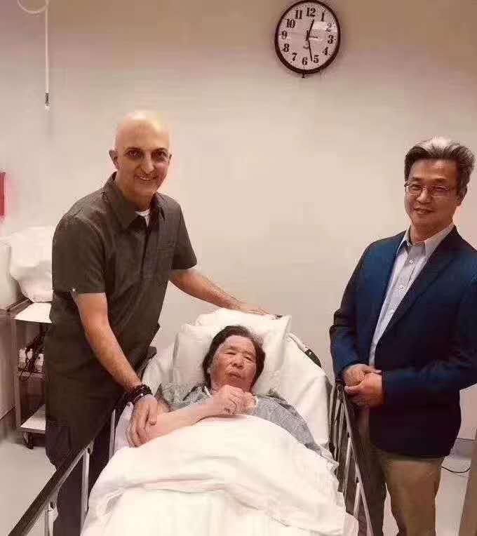 婕斯会员的母亲 接受纽曼博士的干细胞技术修复关节